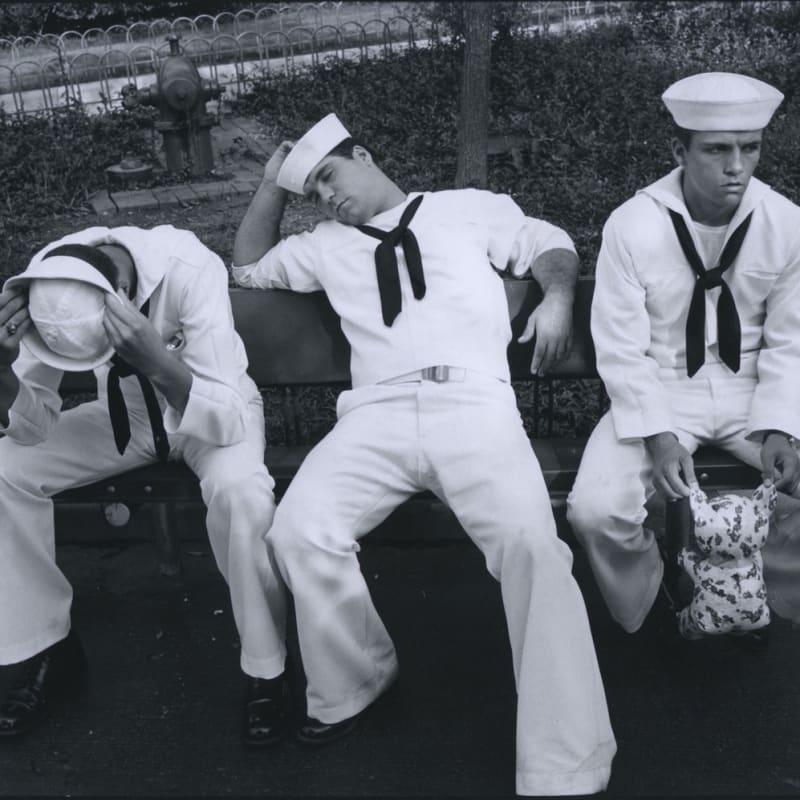 Tom Arndt Three sailors, Great America, Illinois Tirage gélatino-argentique postérieur, réalisé par l'artiste 17,7 x 26,3 cm Dim. papier: 27,5 x 35,3 cm