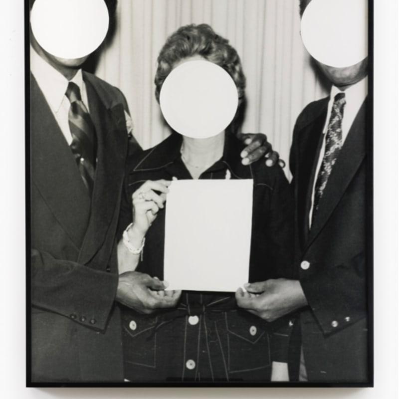 John Baldessari Three voided persons photographie en noir et blanc et peinture émail 147,5 x 125 cm x 6 cm (disponible) 58 by 49 1/4 in. (available)