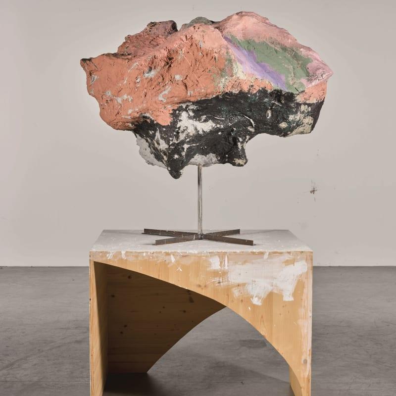 Franz West Untitled vernis et acrylique sur papier-mâché, styrofoam, carton, métal, socle en bois 187.7 x 116.8 x 90.2 cm 73 7/8 x 46 x 35 1/2 in.