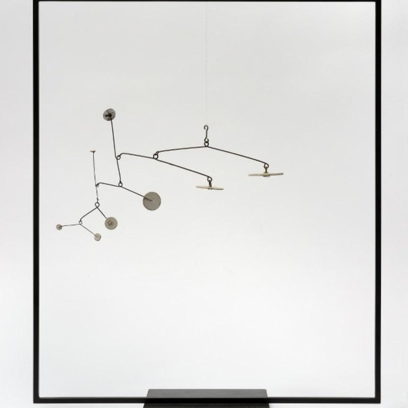 Alexander Calder Mobile 8 disque blancs en métal peint 15 x 22 cm 16 by 14 in.