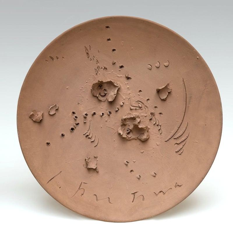 Lucio Fontana Concetto Spaziale céramique brute gravée 43,8 x 5,7 cm