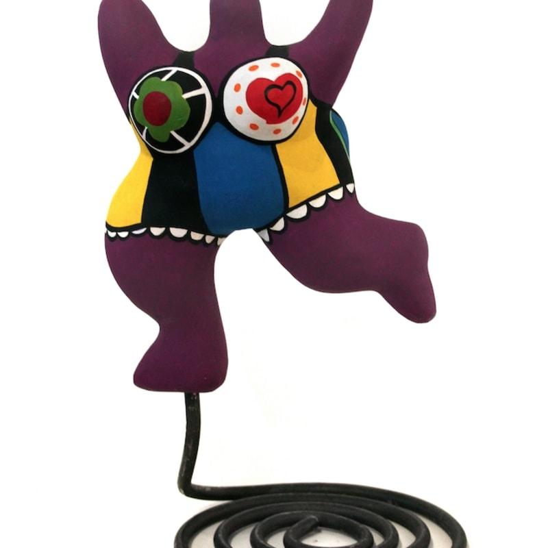 Niki De Saint Phalle Nana sculpture en résine peinte et pied en métal de Jean Tinguely H : 30 cm (20 cm sans le pied)