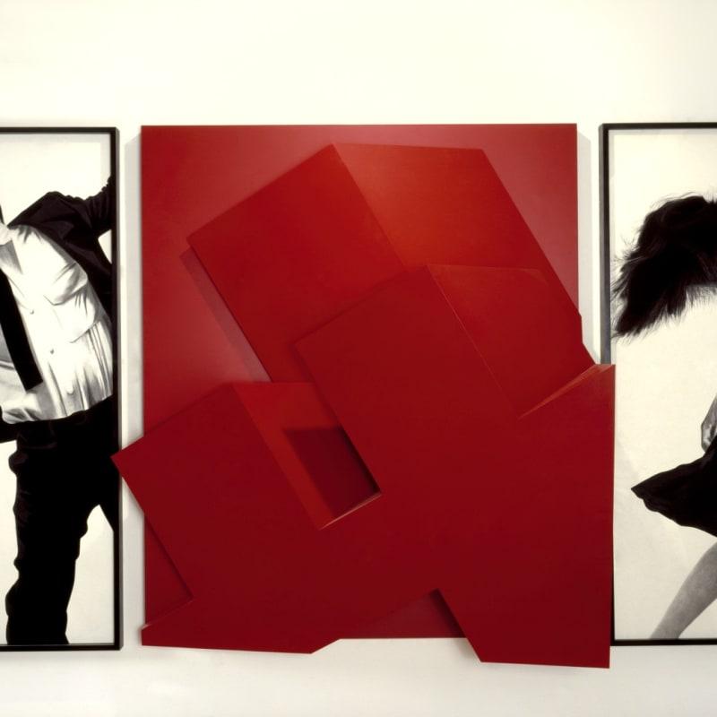 Robert Longo Final Life II dessin au fusain et sculpture en bois laqué rouge Woman et Man : 243,8 x 121,8 cm chacun - Building : 240 x 220 x 90 cm 6 7/8 by 18 1/4 by 5 3/8 in.
