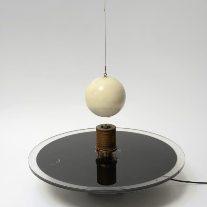 Vassilakis Takis Electromagnétique Bois, aimants, ca?ble, plexiglas, bobine de cuivre et syste?me e?lectrique Plateau : Ø 60 cm Boule : Ø 16 cm