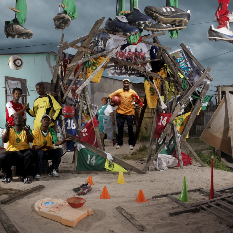 PATRICK JAMPO, L'EQUIPE DE FOOTBALL ET LE CHIEN, 2010