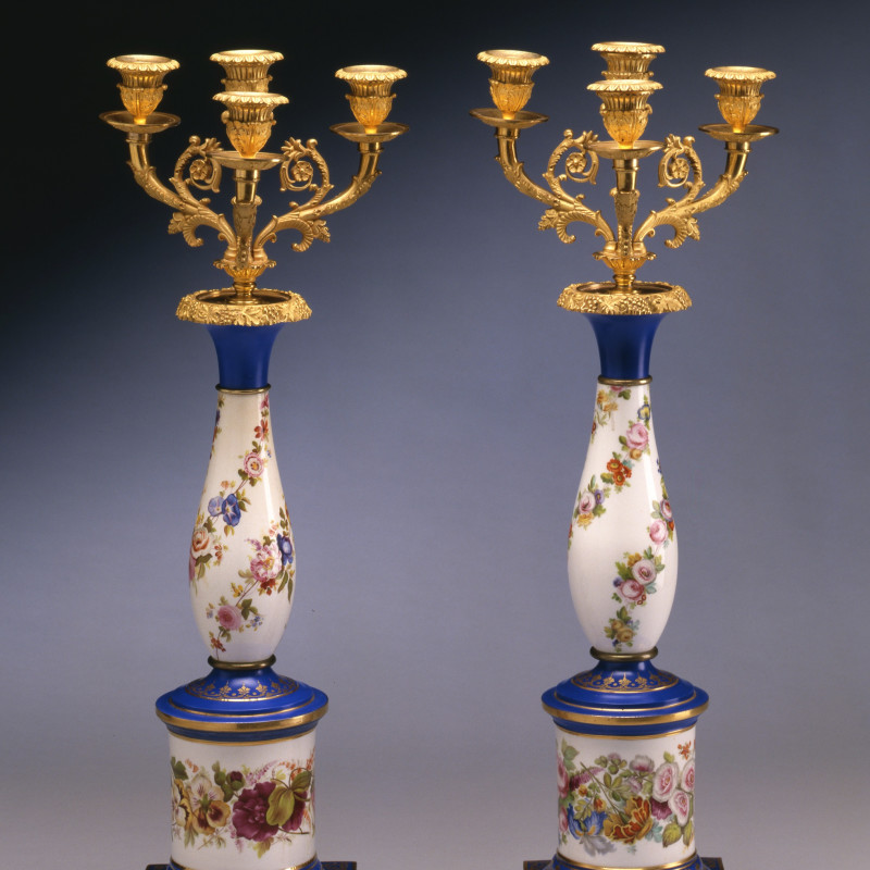 Paris Porcelain - A pair of late Empire three-light candelabra, Paris, date circa 1825-30