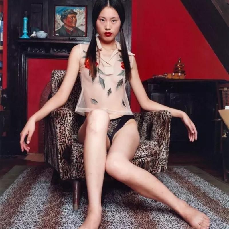 吴裴怡,身着花衬衫座在豹纹椅上,2002年10月,上海 © Bettina Rheim