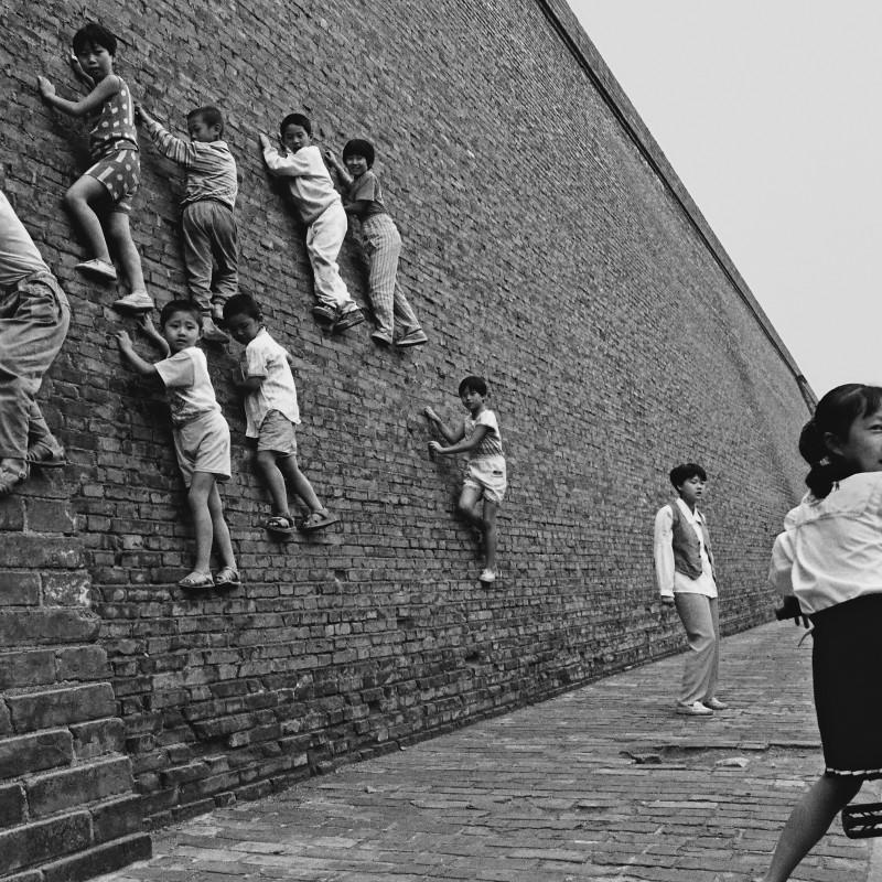 胡武功 Hu Wugong,爬城墙的孩子Children Climbing the City Wall,1996,数字微喷 Inkjet Print,30×20.16cm