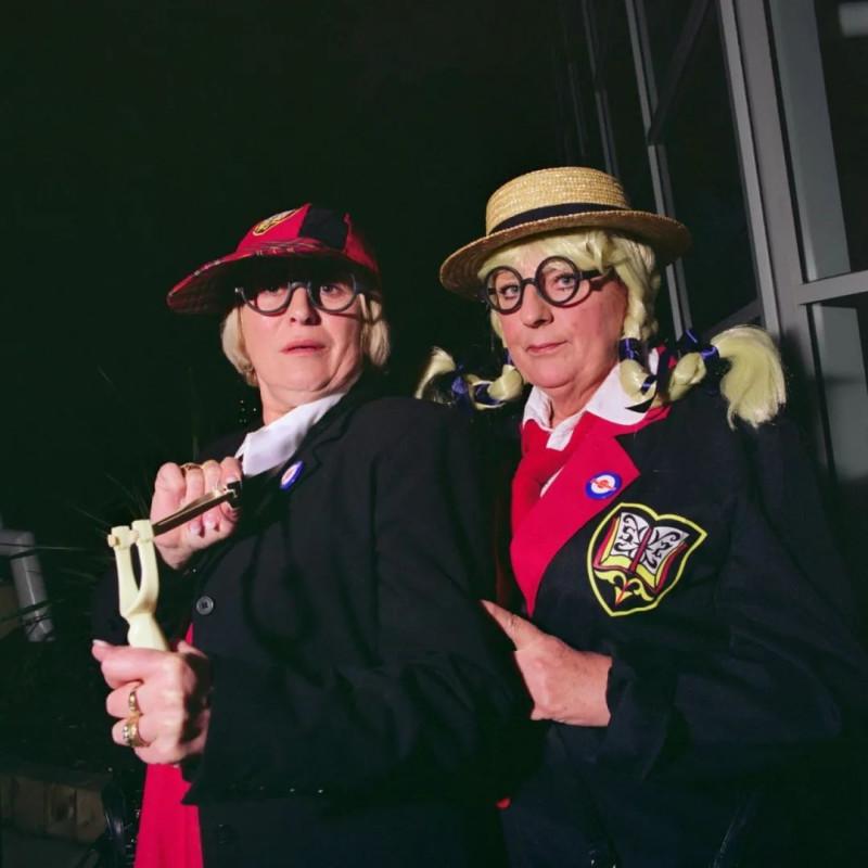 安娜·福克斯,《女学生》,选自《度假村2》系列,2009-11  Anna Fox, School Girls, From the series , 2009-11