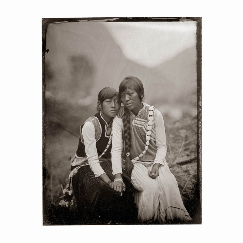 骆丹 《杨杜蕾和杨化林姐妹 瓦娃村》  Luo Dan YangDuLei and her sister YangHuaLin, WaWa Village  2010