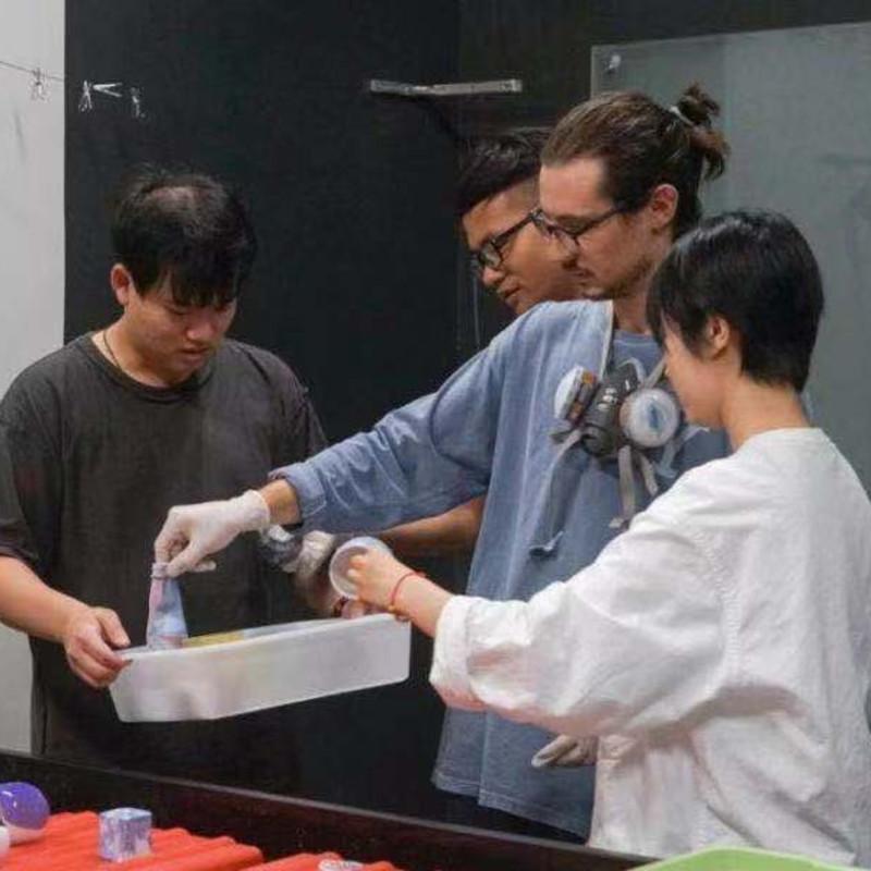 澳大利亚艺术家Kai和工作坊学员 Autralian artsit Kai and hydrographic workshop students