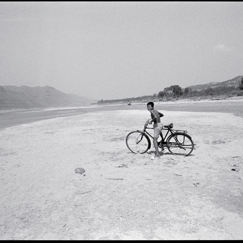 《骑单车的少年,黄河河滩》 Boy with Bicycle, Yellow River Shoal 1998