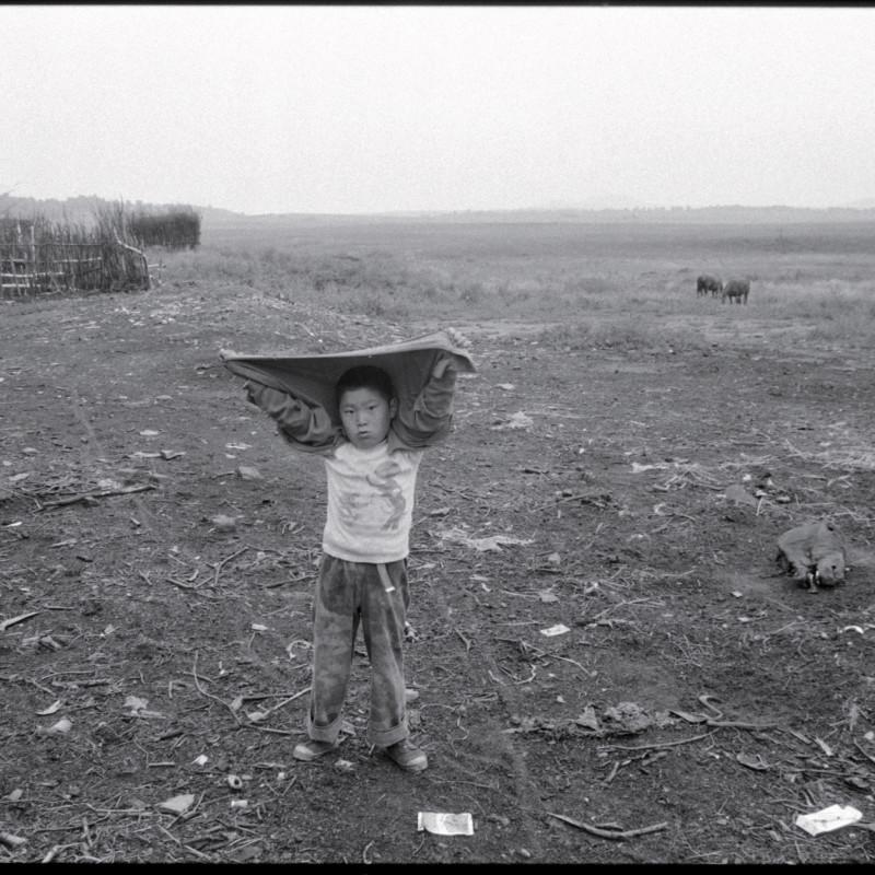 《遮雨的男孩,河北》 Boy Sheiding Himself from the Rain, Hebei 1997