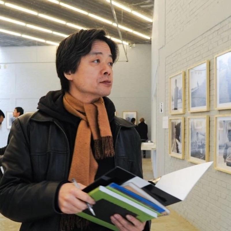 Mr. Lizawa Kotaro as one of the judges of Three Shadows Photography Award, 2010 饭泽耕太郎先生作为三影堂摄影奖评委在展厅参观,2010