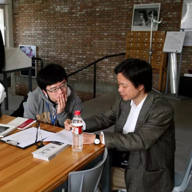 Mr. Lizawa Kotaro with sudents 饭泽先生点评学生作品