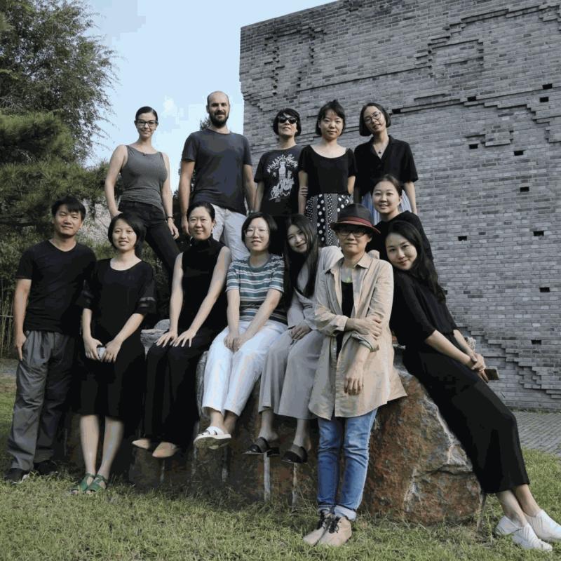三影堂员工及驻地艺术家合影,2018 The group photo of residency artists and Three Shadows staff, 2018