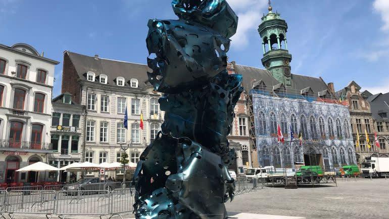 Une des trois sculptures de l'artiste Arne Quinze installées sur la grand-place de Mons. © Vinciane Votron