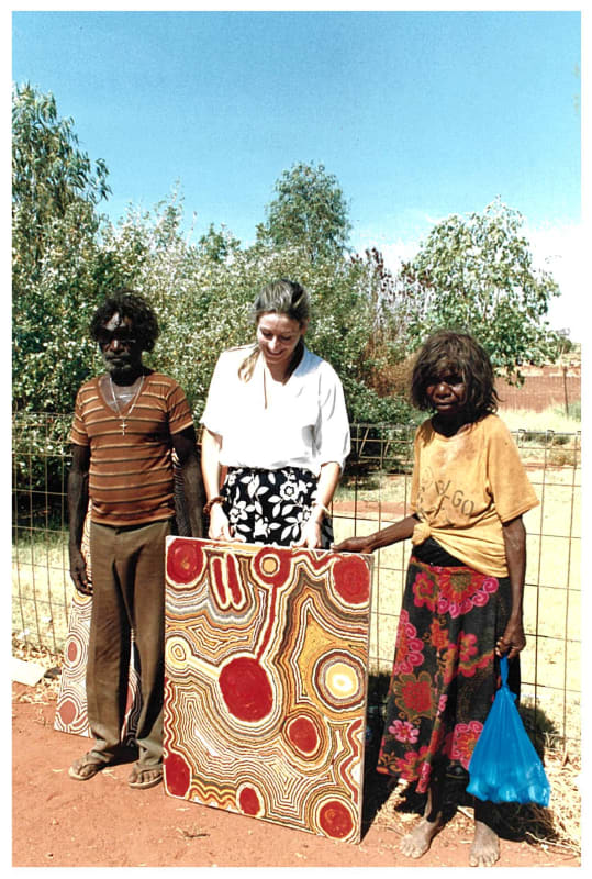 Rebecca Hossack with Ningie Nangala and Tjumpo Tjapanangka in Balgo Hills