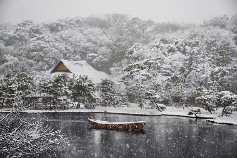 BOAT COVERED IN SNOW IN SANKEI-EN GARDENS, JAPAN, 2014
