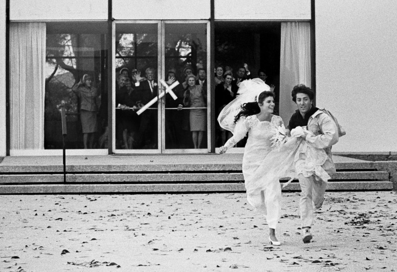 DUSTIN HOFFMAN AND KATHARINE ROSS RUNNING AWAY FROM THE CHURCH IN THE FINAL SCENE OF 'THE GRADUATE', PARAMOUNT STUDIOS , 1967