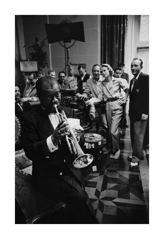 GRACE KELLY, BING CROSBY AND CREW ARE TREATED TO AN IMPROMPTU CONCERT BY LOUIS ARMSTRONG ON THE SET OF 'HIGH SOCIETY', 1951