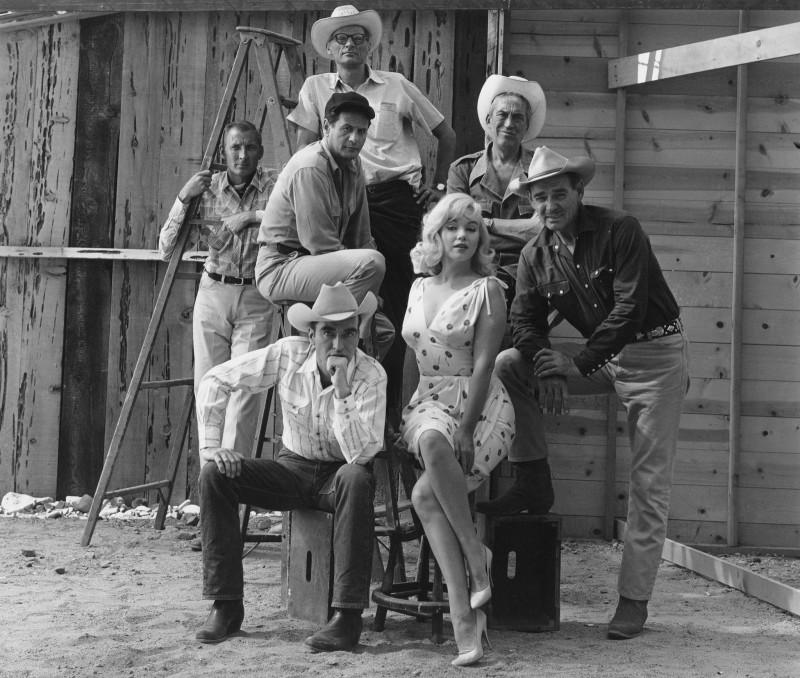 ARTHUR MILLER, FRANK TAYLOR, ELI WALLACH, JOHN HOUSTON, MONTGOMERY CLIFT, MARILYN MONROE AND CLARK GABLE, 'THE MISFITS' SET, RENO, NEVADA, 1960