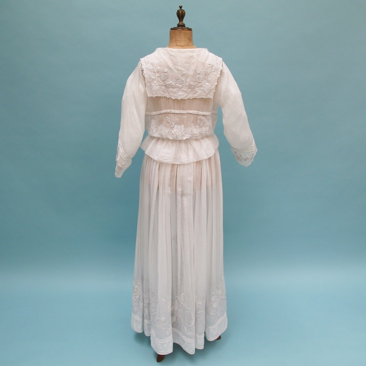 Edwardian tea gown with lovely drape. Graphic floral embroidery. White on white. Size: UK 12 Price £295