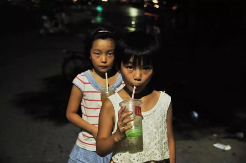 暑假带妹妹们出去玩 麦当劳第二杯半价很划算,2016年8月 尺寸可变 © 杨中天