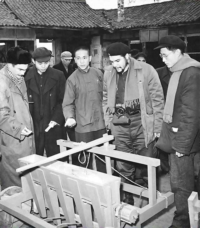 切·格瓦拉1960年访问中国期间,脖子上一直挂着照相机