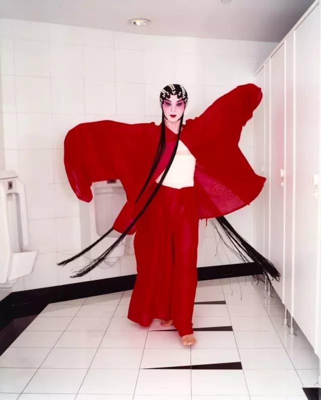 金星, 在上海大剧院内马克西姆西餐厅的卫生间里, 2002年4月,上海 © Bettina Rheims