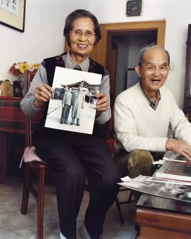 毛泽东专职摄影师侯波和徐肖冰在家中,2002年10月,上海 © Bettina Rheims