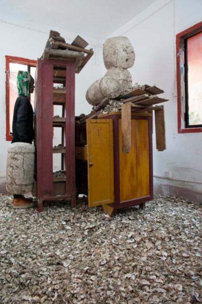 (图五)雕塑干预,后田红房子,托恩·泽弗,2017
