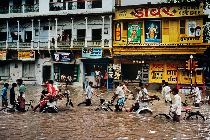 Steve McCurry, PEDICABS IN A FLOODED STREET, VARANASI, INDIA, 1983