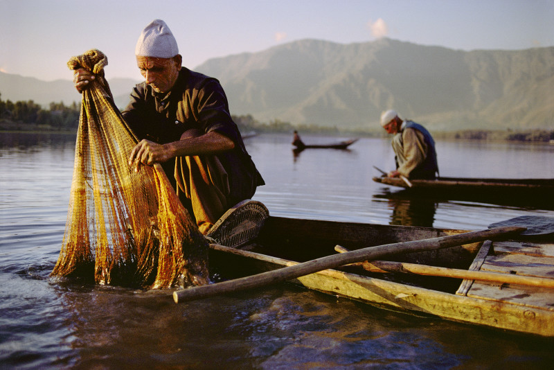 Steve McCurry, FISHERMEN CHECKING THEIR NETS, KASHMIR, 1999