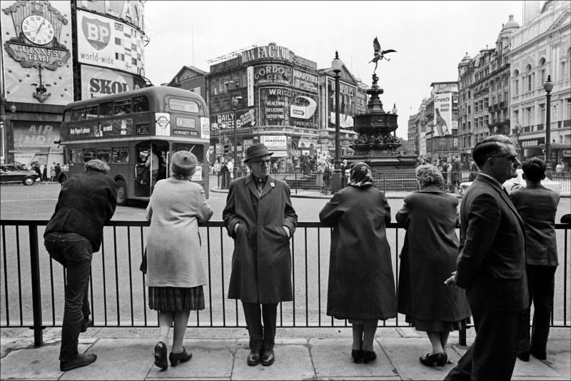 Jurgen Schadeberg, PICCADILLY CIRCUS ROUNDABOUT, LONDON, 1964