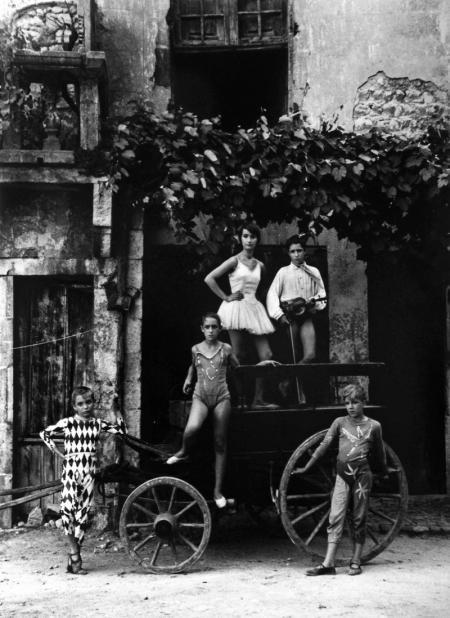 Lucien Clergue, LA GRANDE PARADE, ARLES, 1955