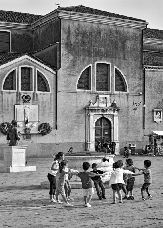 SARAH QUILL, CHILDREN, PIAZZA GALUPPI, BURANO, VENICE, 2011
