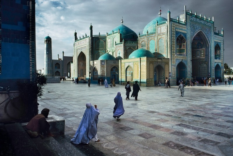 Steve McCurry, SALAT AT BLUE MOSQUE IN MAZAR-E-SHARIF, 1992