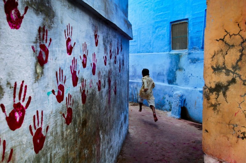 Steve McCurry, BOY IN MID-FLIGHT, JODHPUR, INDIA, 2007