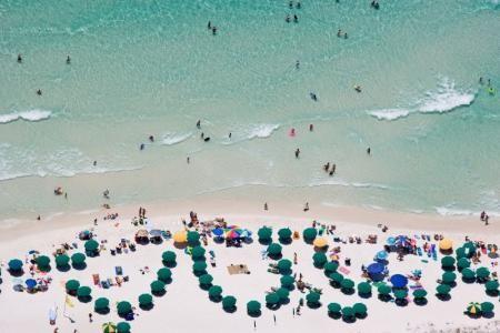 Alex Maclean, BEACH GOERS AND GREEN UMBRELLAS, NAVARRE BEACH, FLORIDA, USA, 2007