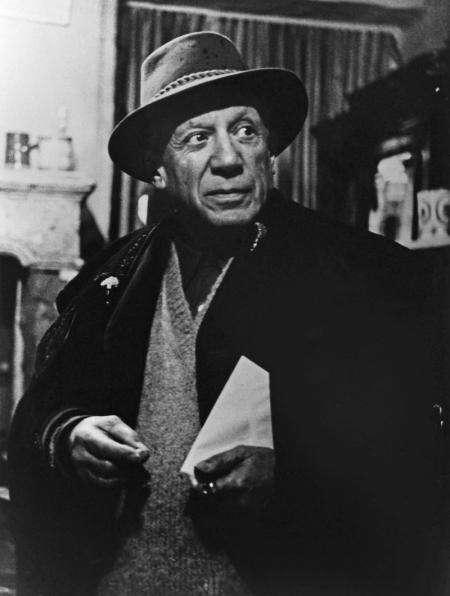 Lucien Clergue, PICASSO AU CHAPEAU CHEZ L'ANTIQUAIRE, ARLES, 1959