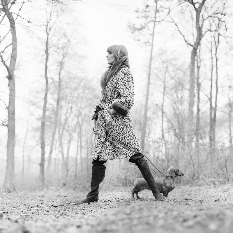 Patrick Lichfield, GRACE CODDINGTON WITH DACHSHUND, BUCKINGHAMSHIRE, 18TH MARCH, 1964