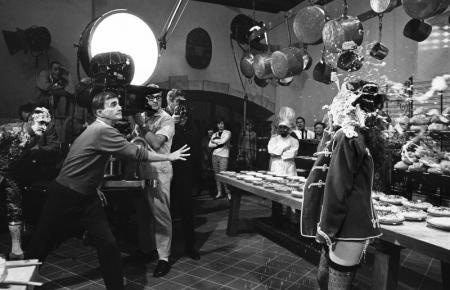Bob Willoughby, DIRECTOR BLAKE EDWARDS MAKES A DIRECT HIT AT NATALIE WOOD ON THE SET OF 'THE GREAT RACE', 1964