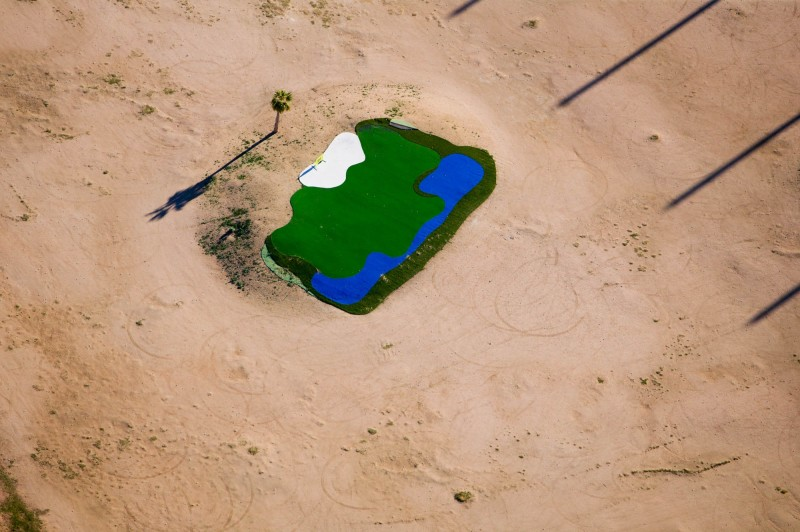 Alex Maclean, DESERT LANDING PAD, SCOTTSDALE, ARIZONA, USA, 2004
