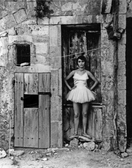 Lucien Clergue, DANSEUSE À LA PORTE, ARLES, 1955