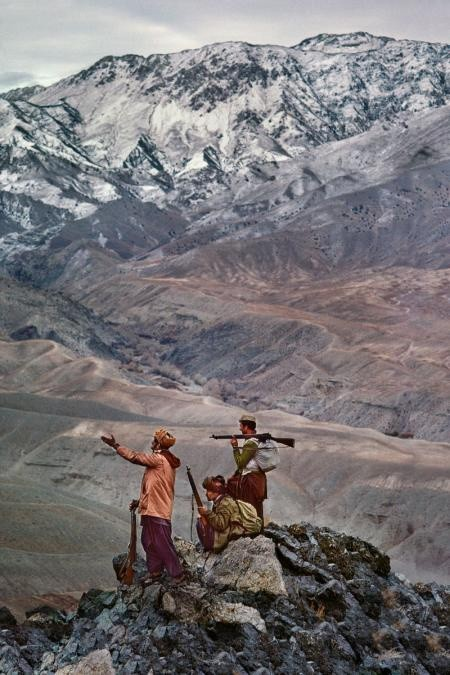 Steve McCurry, MUJAHIDEEN STAND ATOP A MOUNTAIN IN THE HINDU KUSH, 1984
