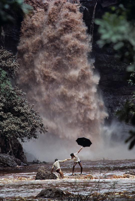 Steve McCurry, MEN CROSSING MONSOON RIVER, INDIA, 1983