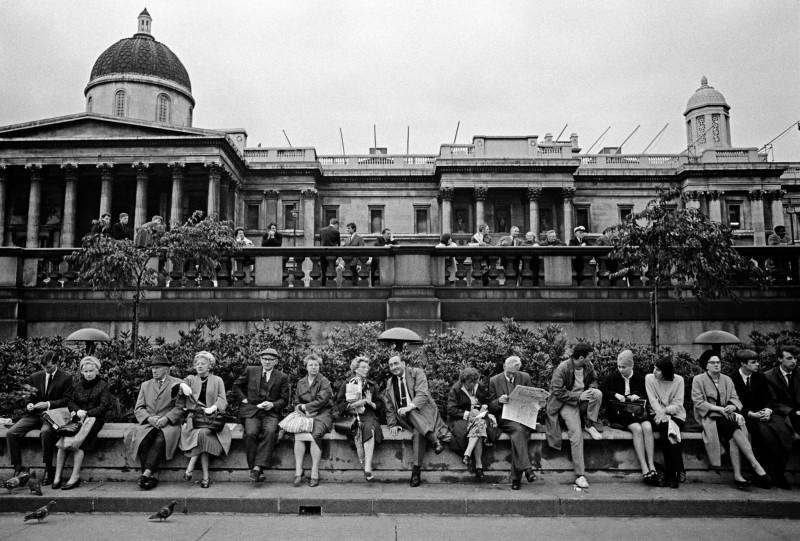 Jurgen Schadeberg, LUNCH BREAK, TRAFALGAR SQUARE, LONDON, 1965