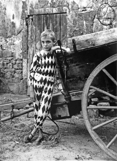 Lucien Clergue, ARLEQUIN À LA CHARRETTE, ARLES, 1955