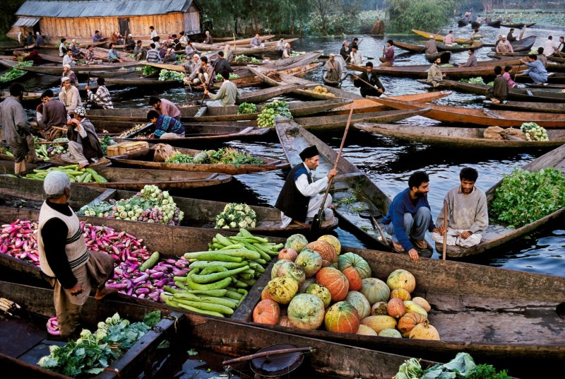 Steve McCurry, MARKET VENDORS ON DAL LAKE, KASHMIR, 1999
